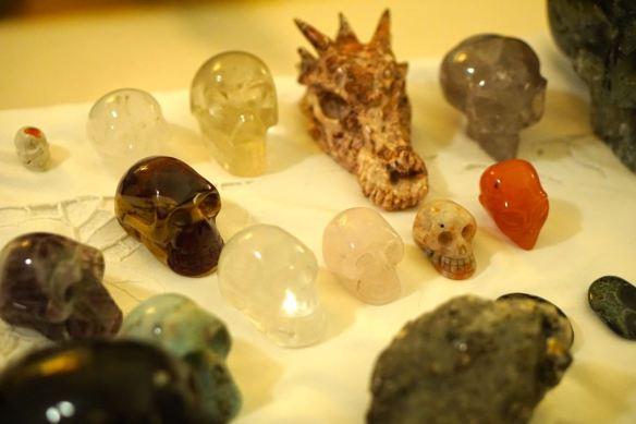 schedels, kristallen schedels, draken, eenhoorn, grid, veld met kristallen schedels. schedelmeditatie