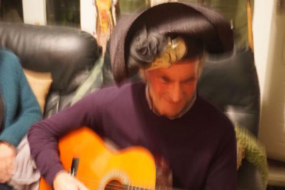 gek doen, toneelspelen, liedje, voordracht, vrienden maken pret, met gekke hoed, masker,