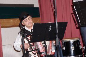 de accordeonist hoor ik vaak spelen bij de ingang van de Schouwburg